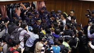 Video: Hundreds occupy parliament in Taiwan, block cops with chairs