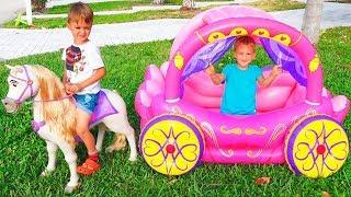 Vlad giả vờ chơi với đồ chơi xe ngựa công chúa