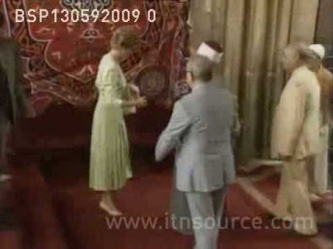 Princess Diana visits mosque in Egypt