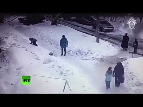 В Рязани на ребёнка упала глыба льда — видео
