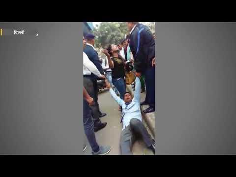Cruelty of Delhi traffic police caught on camera | दिल्ली ट्रैफिक पुलिस की क्रूरता कैमरे में कैद