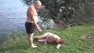 Толстый мужик пытается разбудить другого.