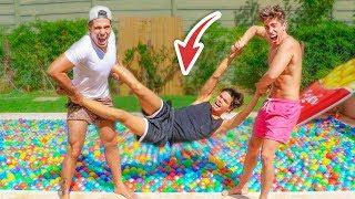broma-lo-tiramos-a-la-piscina-llena-de-bolas-de-colores