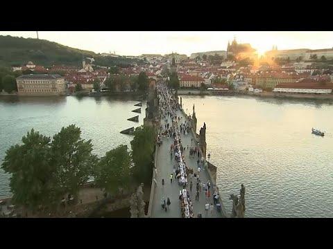 شاهد: عشاء جماعي على جسر تشارلز في براغ احتفالاً بتخفيف القيود المرتبطة بكوفيد-19…  - نشر قبل 19 ساعة