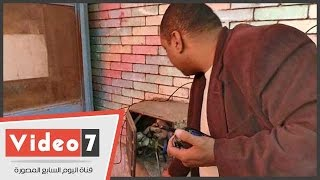 بالفيديو.. نائب رئيس حى العجوزة يضبط بائع فاكهة يسرق الكهرباء من سور مدرسة الصم والبكم
