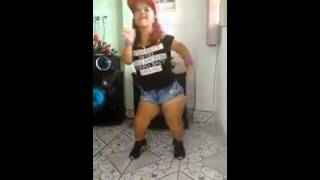 Anã dançando música metralhadora da banda vingadora
