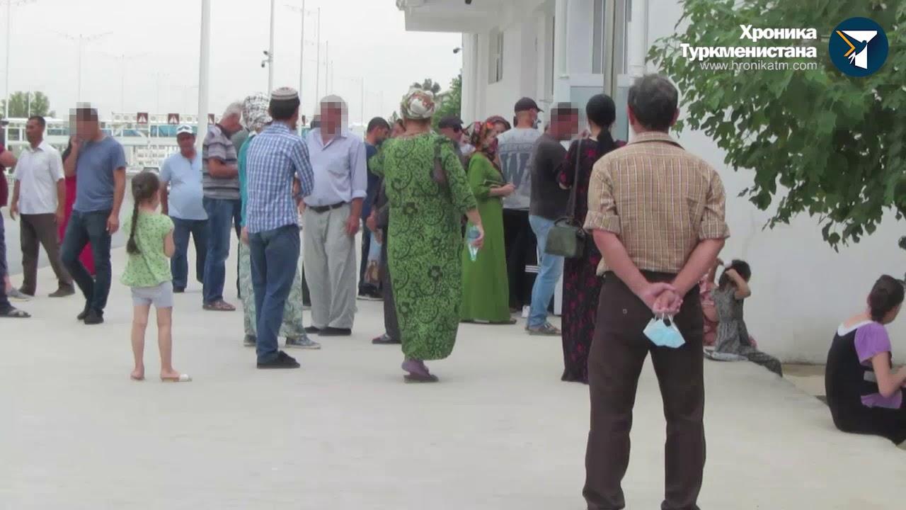 У банкоматов Ашхабада выстраиваются очереди за наличными