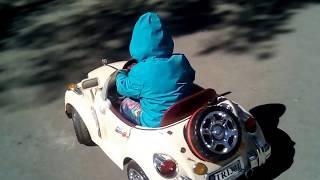 Новосибирский зоопарк малыш катается на машинках Walking around the Novosibirsk zoo , Riding a ride
