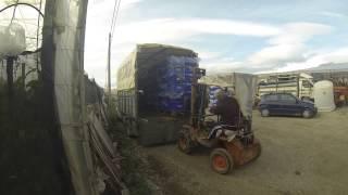 cargando el camión con el torillo