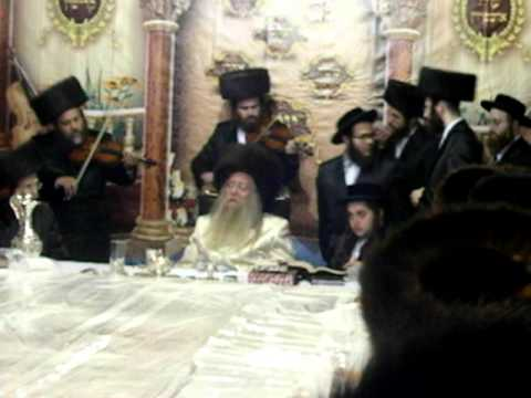 Rabbi Avraham Goldstein playing the violin at the Hoshanah Rabba tish of the Nikolsburg Rebbe