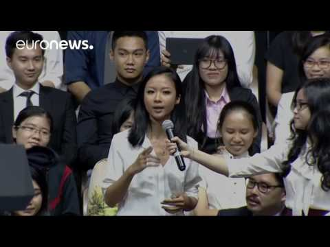 Obama beat boxes as Vietnamese 'queen of hip hop' Suboi raps for him