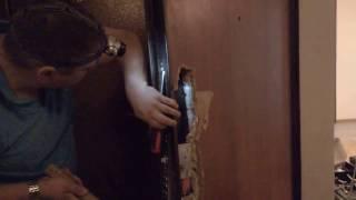 Ремонт металлической двери (замена внутренней МДФ панели)(Ремонт входной двери. Замена декоративной МДФ панели. Установка дверных замков, ручки, глазка. Компания..., 2016-05-13T09:27:41.000Z)