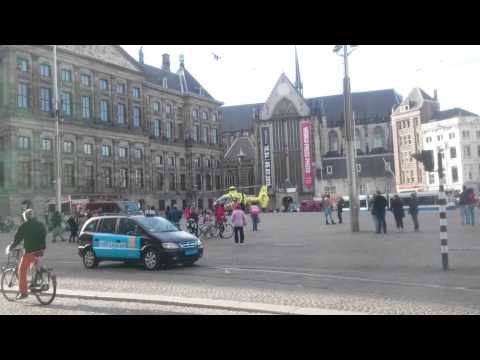 Traumahelikopter land op de Dam In Amsterdam, 5 me