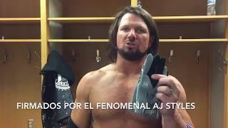 بالفيديو.. نجم WWE يقدم هدية لنافاس بعد التتويج بـ