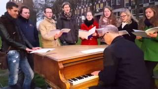 Dag 570 - De Buitenpianist van Cultuurschip Thor, STUKOZ( Studentenkoor Zwolle)