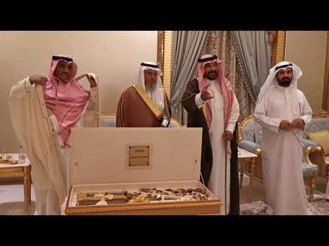 الشيخ فهد بن قروش العجمي يرفع البيضاء للقبيلة آل مخلص بعد نهايه الجيره
