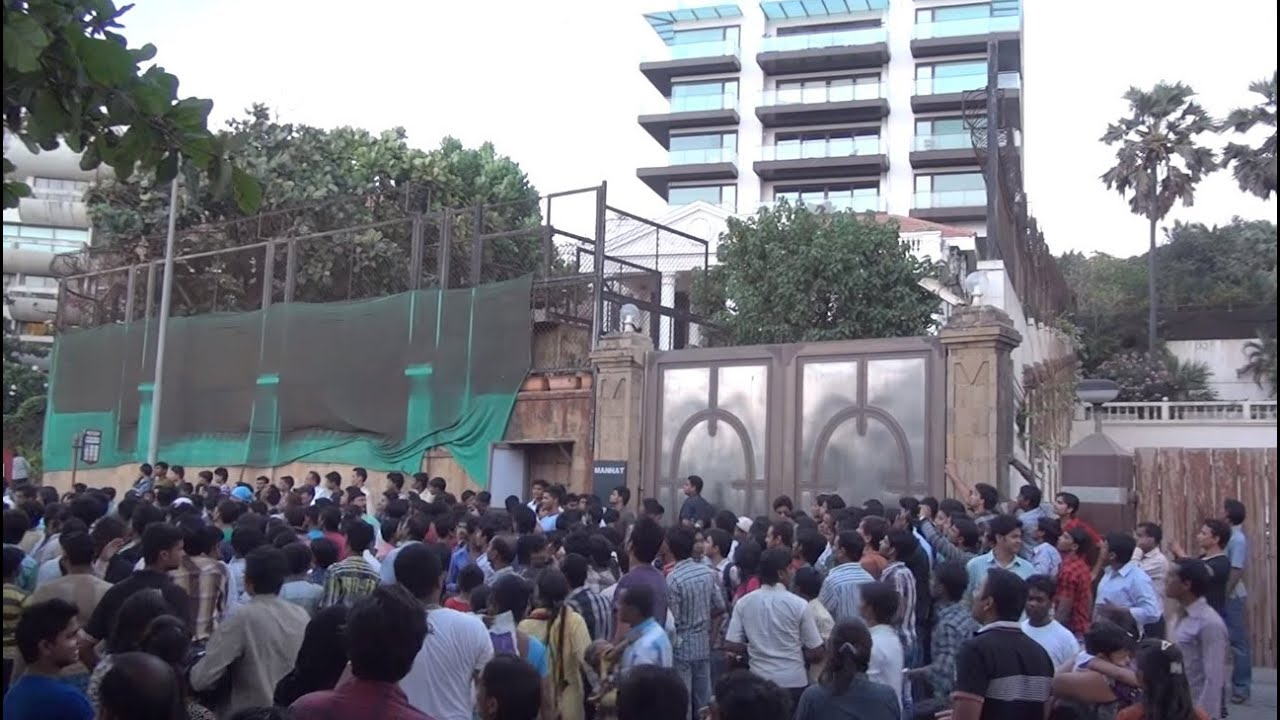 Mad mela outside actor shahrukh khan bungalow mannat for House photos gallery