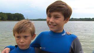 Maarten van der Weijden krijgt tijdens Elfstedenzwemtocht gezelschap van jonge broertjes