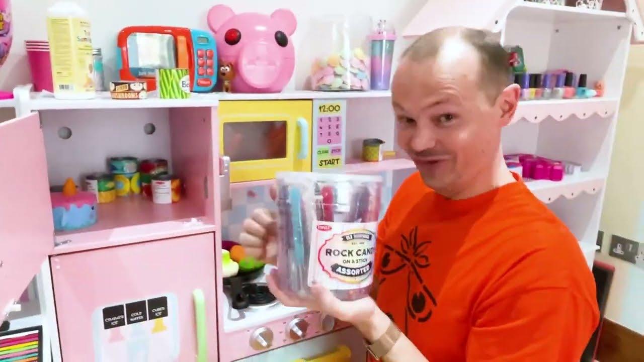 Катя играет в полицейского с мальчиками