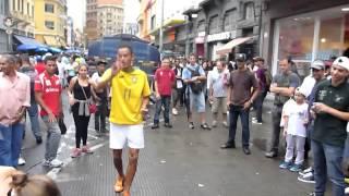 2012.12.15@サンパウロ 路上でのパフォーマンス。パチンコ玉や卵などな...