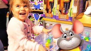 Оливия играет в магазине и на детской площадке в центральном парке Нью-Йорк Часть 2