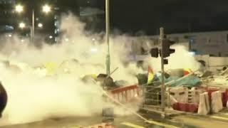 香港立法会大楼外面的防暴警察向示威者投掷催泪弹