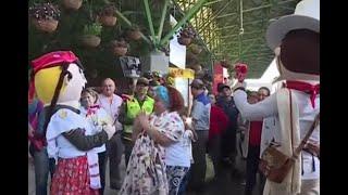 Con trovas y flores reciben a los turistas en Medellín por la Feria de las Flores