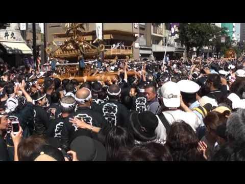 天皇皇后両陛下が深川八幡祭りを御高覧