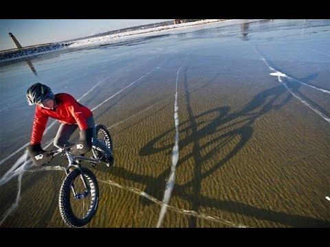 Невероятно прозрачный лёд озера Байкал
