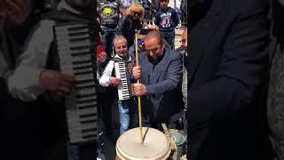 Berlusconi a Casacalenda si improvvisa suonatore di 'bufù'