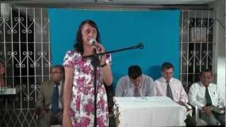 cantora mariely louvando a Deus em culto de ação de Graças