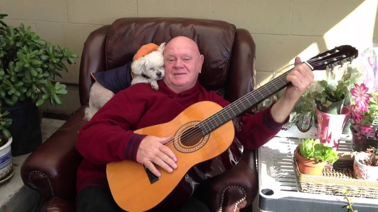 Old Man Guitar : old man playing guitar for the doggie youtube ~ Hamham.info Haus und Dekorationen