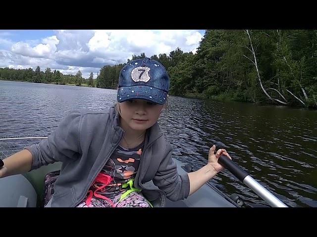 Таська плывет на лодке к лагерю 435345