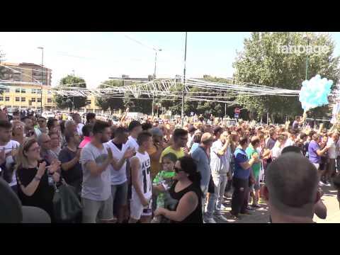 Il coro e le lacrime degli ultras ai funerali di Ciro Esposito