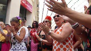 Feria de Málaga 2019 Coro de flamenco cantan y bailan en plena calle Larios