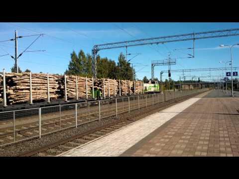 Dv12 2648 vekslaa painaen puutavaravaunuja ja S89 Sm3 7018 ohittaa raiteella 4 WP_20130826_124159Z2