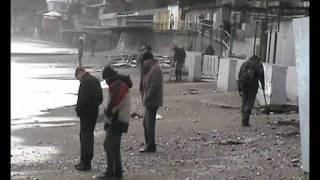 Шторм в Ялте.(Золотоискатели).(Ялта.Приморский пляж.Шторм.Люди ищют золото., 2012-01-27T17:51:41.000Z)