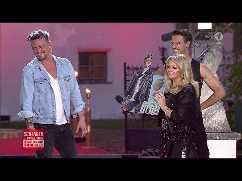 Bonnie Tyler überreicht Ben Zucker die 1. Gold-CD - Schlager, Stars & Sterne 02.06