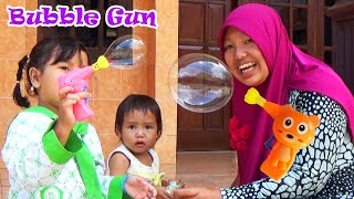 Bermain Mainan Anak Soap Bubble Gun Toy For Kids - Playtime Fun with Zuni and Family
