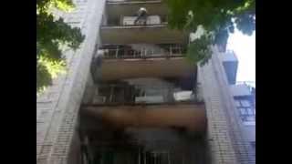 2 придурка лезут с  8-го этажа и обратно!Экстрим!!!!!