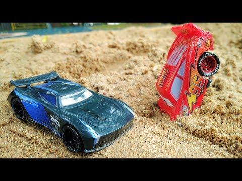 Rayo McQueen y Storm en la pista. Juegos de coches.