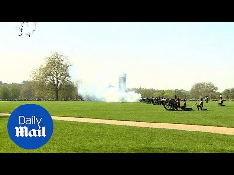 41 gun salute in Hyde Park for Queen Elizabeth II's 92nd birthday - Daily Mail