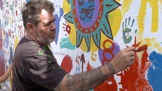 Repeat youtube video Milo Lockett visitó Neuquén para pintar un mural junto a cientos de niños