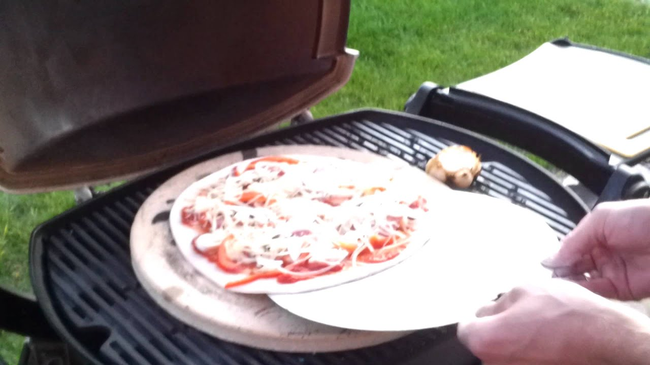 pizza grillen mit weber youtube. Black Bedroom Furniture Sets. Home Design Ideas