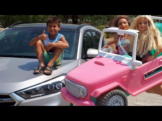 Barbie ile araba yarışı. Mikail Elis ve Meryem jipe biniyorlar.
