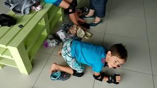 Дети учатся кататься на роликах