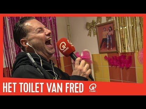 fred-van-leer-krijgt-zijn-eigen-toilet-//-mattie-&-marieke
