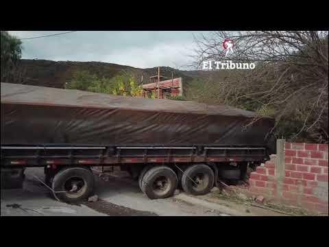 Un impresionante camión se incrustó en una vivienda hace dos días y siguen sin retirarlo