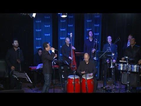 "Yuri Buenaventura reprend ""Hier encore"" d'Aznavour"