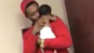 Video Il papà che ha commosso il mondo fa forza al figlioletto di due mesi in ospedale download MP3, 3GP, MP4, WEBM, AVI, FLV November 2017
